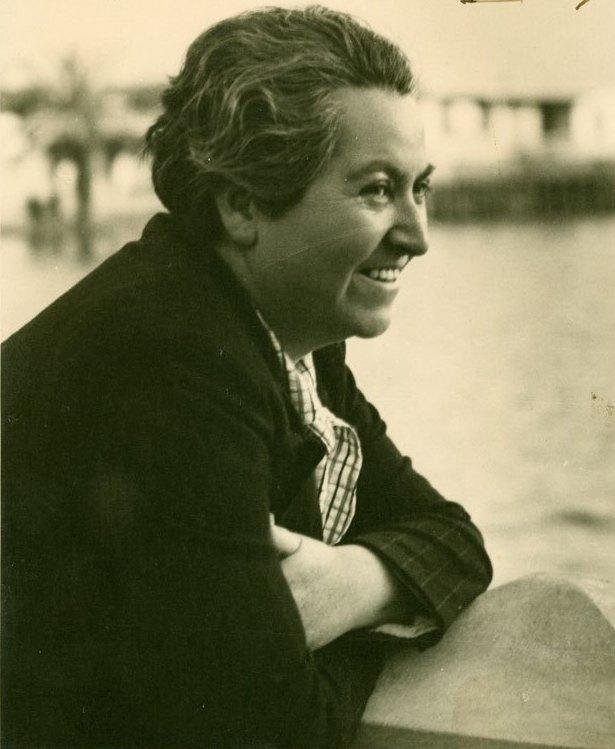 Gabriela_Mistral_sonriendo_ca._1938_(cropped)